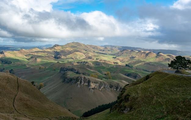 Живописный вид на холмы и долины на побережье океана с вершины хребта те мата пик.