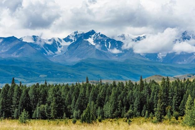 Kurai 대초원의 눈 덮힌 알타이 산맥의 경치