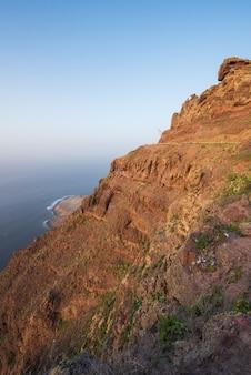 風光明媚な火山の海岸線の風景、タマダバ自然公園、グランカナリア島、スペインの崖。