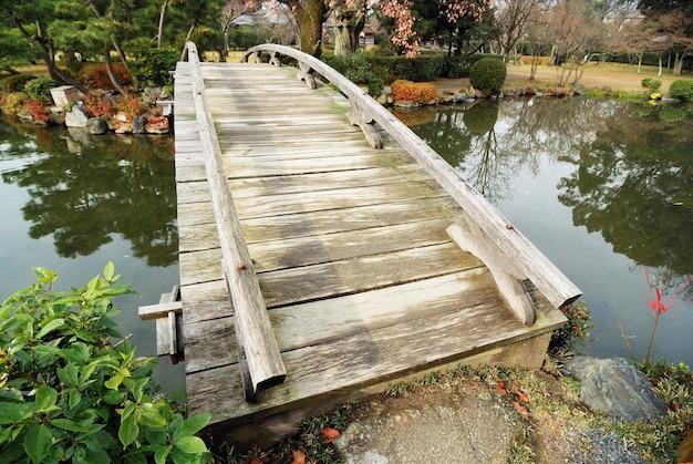 초가을에 일본 정원의 경치 좋은 목조 다리