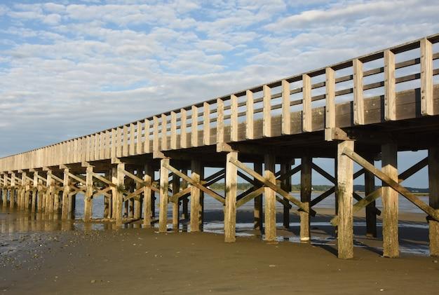 Ponte panoramico in legno che si estende sulla baia di duxbury