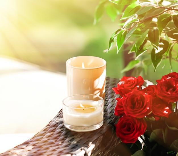 高級スパの背景とバスルームの家の装飾としての香りのキャンドルコレクション...