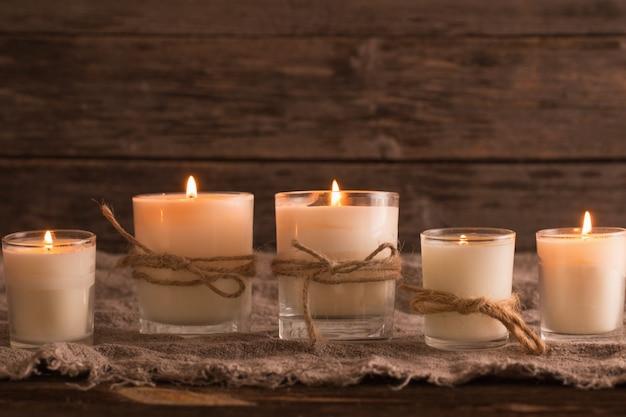 Ароматические свечи на фоне старых деревянных