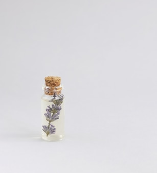 라벤더 화이트 타월의 말린 부케와 향긋한 라벤더 오일 비누 바