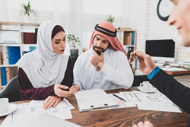 Sceptic arab clients at office value proposition.
