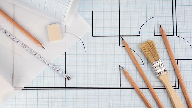 ロール状のミリ紙に描いたアパートの概略図。修理と設計のビルダー コンセプト。