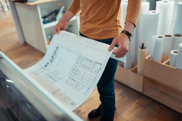 アパートのスキーム。アパートのスキームを印刷する経験豊富なインテリアデザイナーの上面図