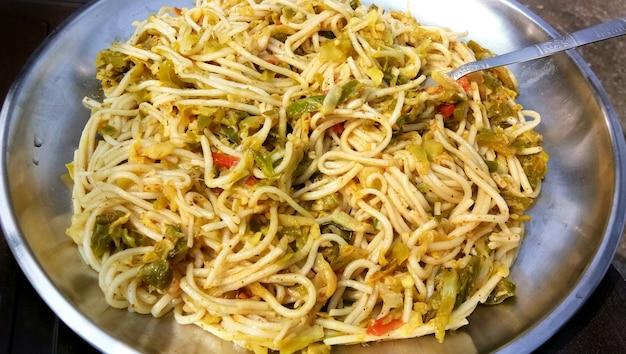 Schezwannoodlesまたは野菜のhakkanoodlesまたはchowmeinは、人気のあるインドシナのレシピで、ボウルまたはプレートで提供されます