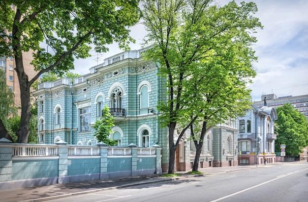 Дом шлосберга на поварской улице в москве в солнечный летний день. подпись под фото: скарятинский переулок.