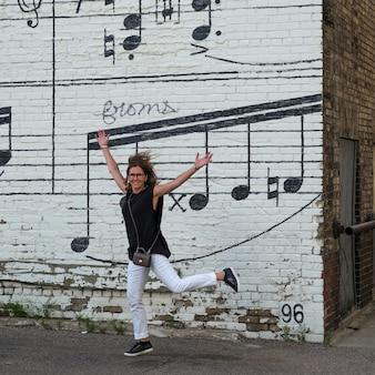 Schmitt music mural、ミネアポリス、ヘネピン郡、ミネソタ、米国の前で陽気な女性