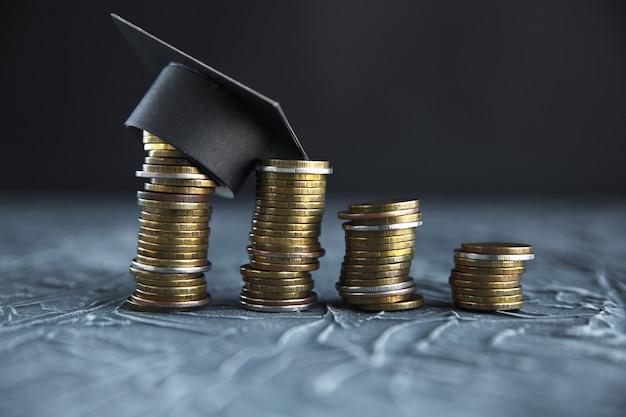 Концепция денег стипендии. монеты с денежным стеком шаг роста рост экономия денег вложения