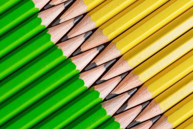 普通の鉛筆のクローズアップと学校と教育の概念。