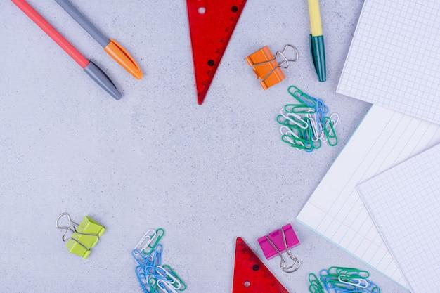 Школьное и офисное оборудование, включая бумаги и другие инструменты