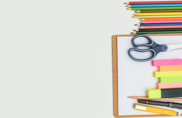 Школа и канцелярские принадлежности кадра, на белом фоне, обратно в школу