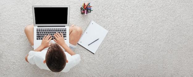オンラインホームスクーリングを通じて自宅で学校に通う。