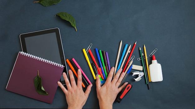 Школьный фон, школьные принадлежности, письменные принадлежности на темном фоне