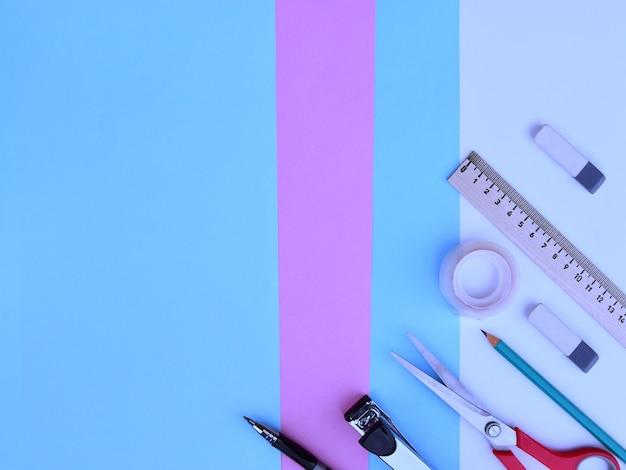 テキストのためのスペースを持つ学校の背景。 webデザインの水平バナー。パステルカラーを背景にした明るいフラットスタイルの学用品のコレクション。教育の概念。