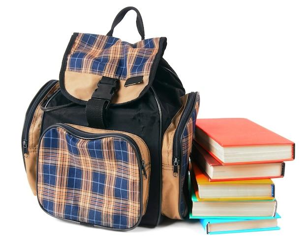 Школьный рюкзак и книги. на белом фоне.