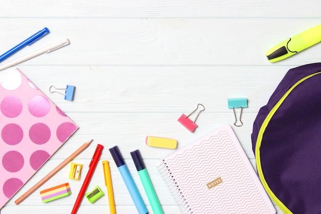 Школьный рюкзак и школьные принадлежности. концепция обратно в школу. фото высокого качества