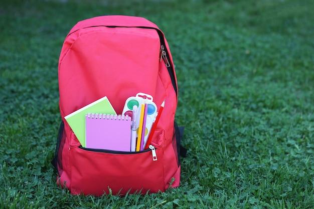 근접 촬영 외부 잔디에 학교 배낭