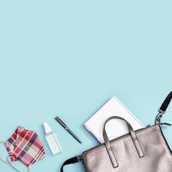 Школьная сумка и средства индивидуальной защиты. блокноты, ручки, щитки для лица и дезинфицирующее средство для рук
