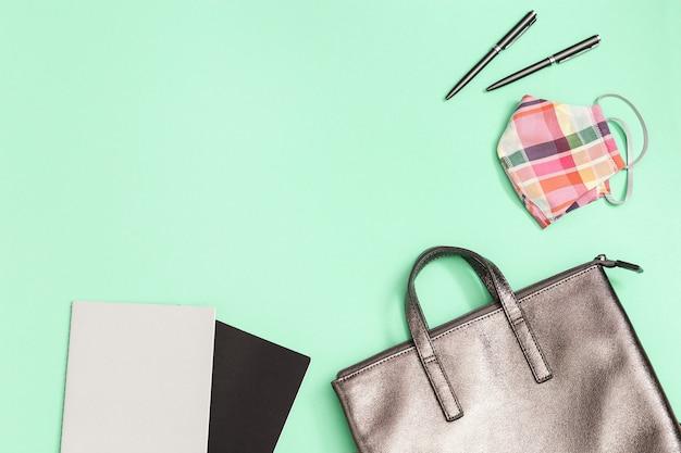 Школьная сумка и школьные принадлежности, тетради, ручки, маска