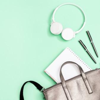 Школьная сумка и школьные принадлежности, тетради, ручки, белые наушники