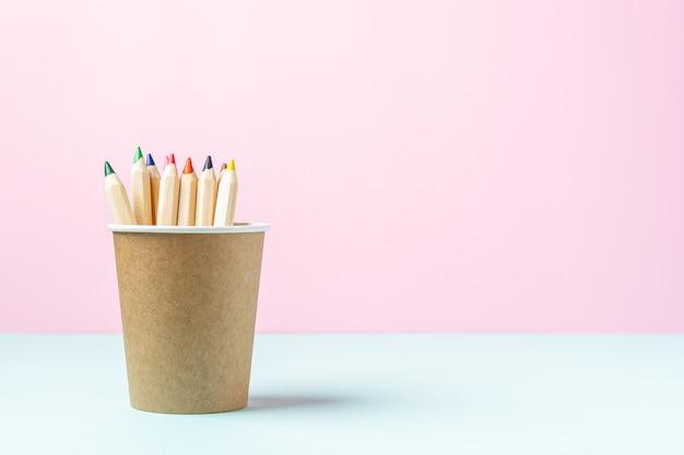 一杯のコーヒーに鉛筆で学校のバナー。