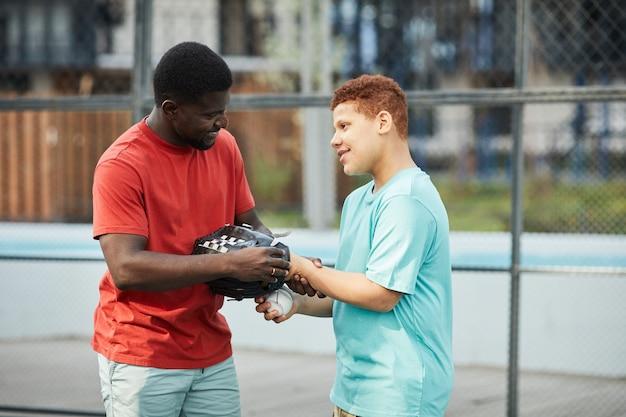 소년을 돕는 학교 야구 코치