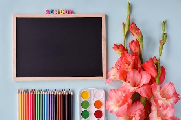 テキスト、文房具、花のための場所の教育委員会