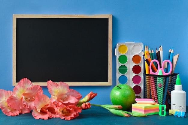 Школьная доска с местом для текста, канцелярских товаров и цветов