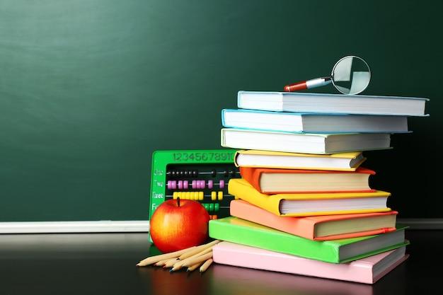 칠판 근처 책상에 학교 책