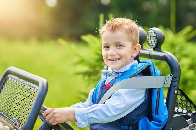 배낭에 아이 차를 운전하는 학교 소년