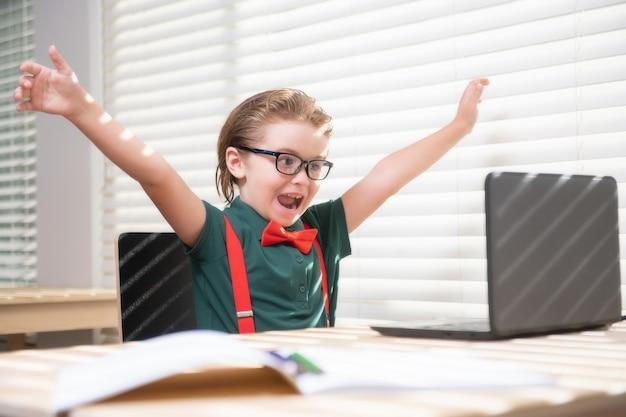 학교 소년 학생은 노트북 에드를 사용하여 온라인 홈 스쿨링 키즈 원격 학습 귀여운 아이를 공부하고 있습니다.