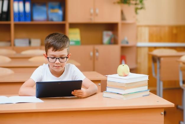 교실에서 태블릿 컴퓨팅을 사용하는 남학생