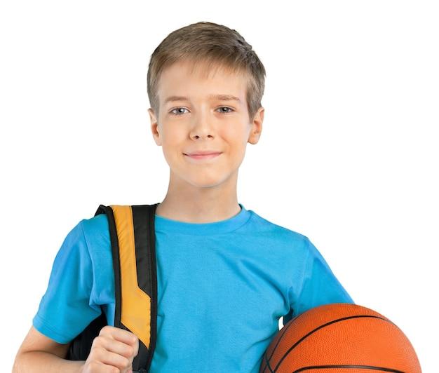 배낭과 농구 공을 든 학교 소년