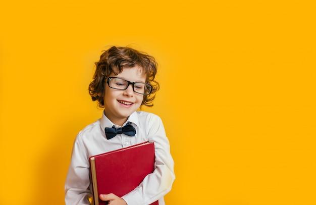 안경 학교 소년 미소와 책을 보유