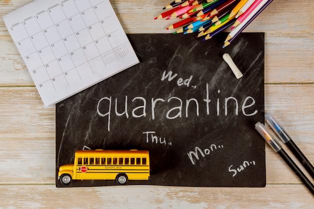 スクールバスのおもちゃとカレンダーと黒板。