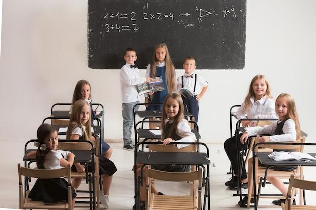 수업 시간에 교실에서 학교 아이들.