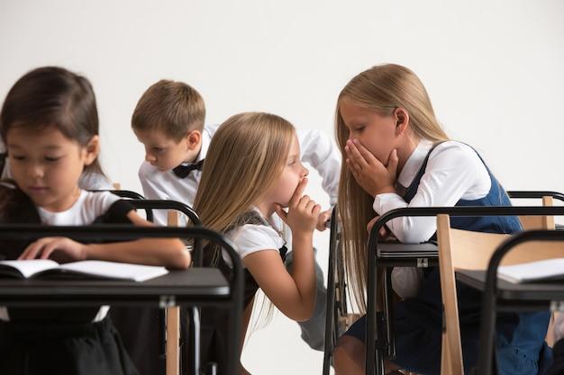 レッスンの教室での小学生