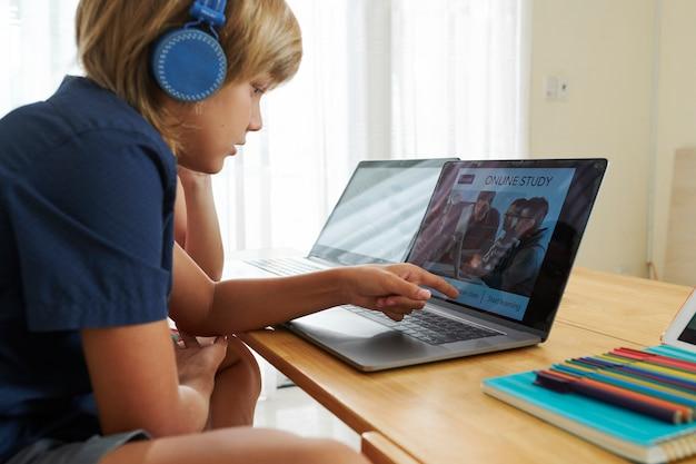 Школьники смотрят класс онлайн