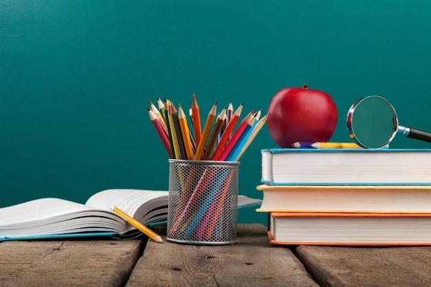 Школа красочный карандаш и красочные книги