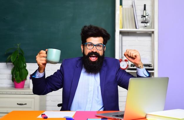 学校のコンセプトが学校に戻り、黒板教育の近くの教室で幸せな時間に優しい教師