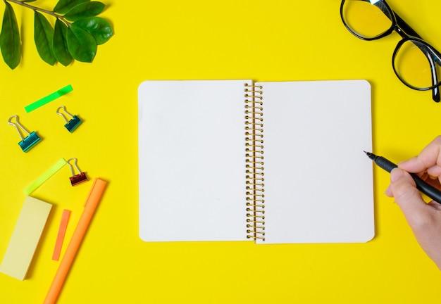 学校のコンセプトは、灰色の背景上にペンでノートブック。学校に戻る。