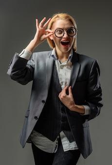 学校のコンセプト。眼鏡をかけた笑顔の先生。教育の概念。学校。スーツを着た官能的な女教師の肖像画。仕事。女教師の肖像画。
