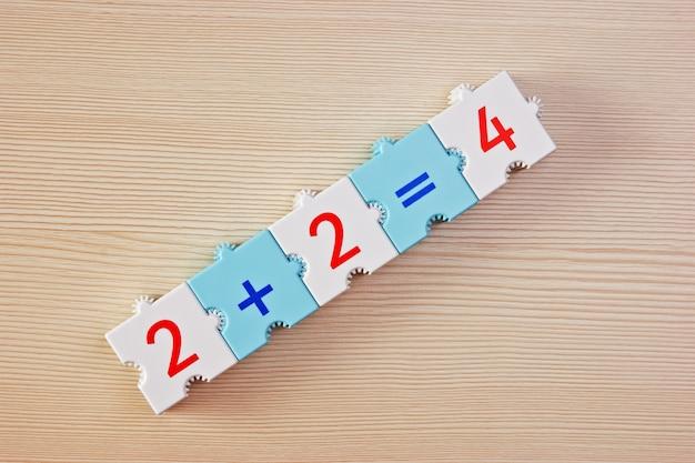 Школьные кубики с математическими задачами на столе