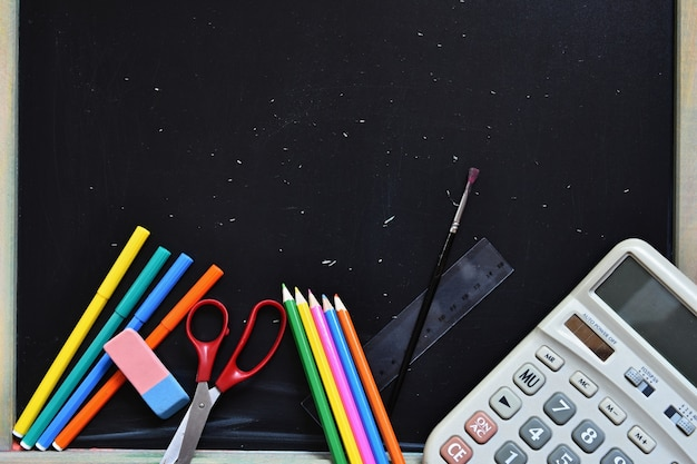 Materiale scolastico con sfondo lavagna