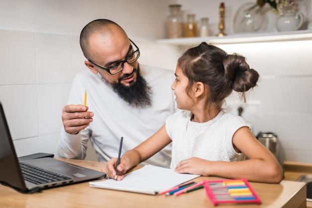 Школьница делает домашнее задание с учителем, дополнительное образование, развитие ребенка.