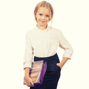 화이트에 학교 소녀입니다. 학교와 제복을 입은 자식 카메라에 미소를 제공합니다.