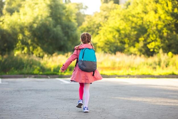 Школьница, бегущая после уроков